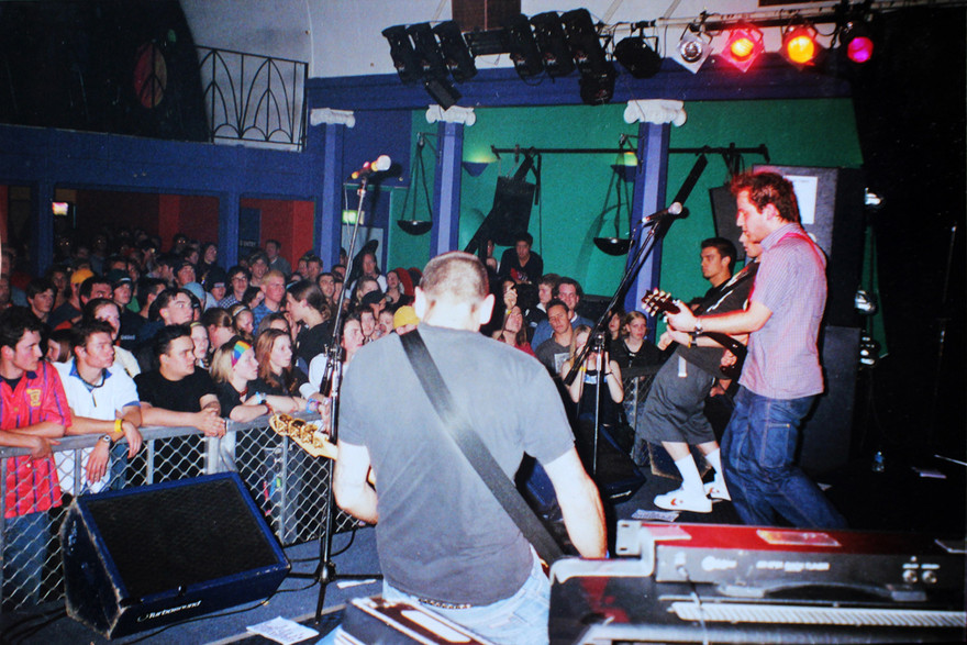 Admin thumb sommerset in headlining in front of a large audience in adelaide   stefan thompson  back to camera   ryan thomas  and jeremy toy  obscured . photo  jeremy toy collection